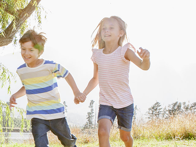 Des enfants qui courent dehors sur le gazon